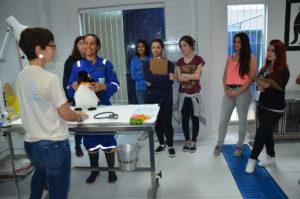 Jéssica Domato e Débora Santos, da Aiuká, receberam os estudantes e apresentaram as atividades da entidade