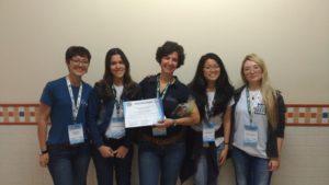 Jéssica Domato (primeira à esquerda) e Valeria Ruopollo (terceira, da esquerda para a direita) recebem certificado de alunas de Veterinária da Unip