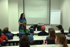 Crianças assistem palestra ministrada pela bióloga Carolina Galvão, do setor de Projetos